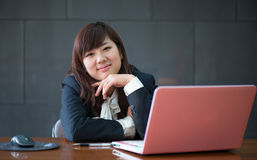 Ελκυστική χαμογελώντας νέα επιχειρησιακή γυναίκα Στοκ Φωτογραφία