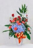 在白色陶瓷花瓶的花花束 库存图片