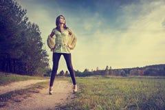 Сексуальная женщина брюнет стоя на дороге Стоковые Изображения