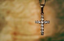 难看的东西水晶十字架 免版税库存照片