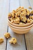 早餐谷物用巧克力和坚果 免版税库存图片