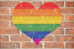 在砖墙上的快乐心脏 免版税库存照片
