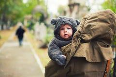 在温暖的衣裳打扮的婴孩 免版税库存图片