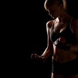 Женщина держа красные гантели Стоковое Изображение RF