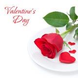 与红色玫瑰和心脏的欢乐桌设置 免版税库存照片