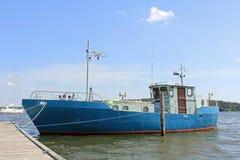 蓝色渔拖网渔船小船在小游艇船坞在夏天 库存照片