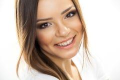 美丽的妇女面孔。完善的暴牙的微笑 免版税库存图片