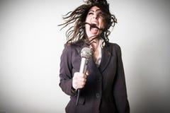 Τραγουδώντας όμορφη νέα επιχειρηματίας Στοκ Φωτογραφίες