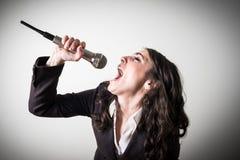 Τραγουδώντας όμορφη νέα επιχειρηματίας Στοκ Φωτογραφία