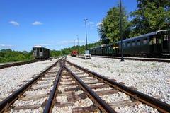 在驻地的老火车无盖货车 免版税库存图片