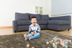 激动的小男孩感受 免版税库存图片