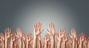 在天空中举的手 免版税库存图片