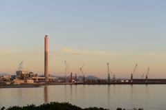 日落的工业港口。 免版税库存照片