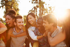 Ομάδα φίλων που έχουν τη διασκέδαση μαζί υπαίθρια Στοκ Φωτογραφία