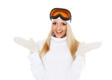 冬天温暖的衣裳和滑雪玻璃的少妇。 库存照片