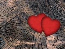 在脏的木背景的两红色纸心脏 免版税库存照片