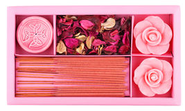 温泉集合。玫瑰塑造了蜡烛,牡丹干叶子 免版税库存图片