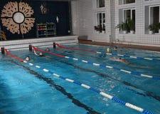 在室内公共场所的人游泳。 免版税库存图片