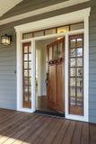 一个开放木前门的外部射击 免版税库存图片