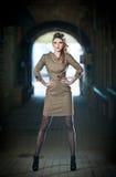 Ελκυστική κομψή ξανθή νέα γυναίκα που φορά μια κομψή εξάρτηση στον αστικό πυροβολισμό μόδας. Όμορφο μοντέρνο νέο κορίτσι Στοκ Φωτογραφία