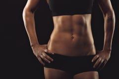 有完善的腹部肌肉的女性 免版税库存图片