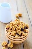 格兰诺拉麦片用牛奶早餐 免版税库存照片