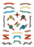 平的被设置的颜色丝带和徽章。 库存图片