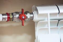 有闭合的阀门的中央系统暖气幅射器 库存照片