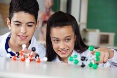 审查分子结构的学童 免版税库存照片
