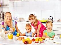 与孩子的家庭早餐 免版税图库摄影