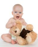 呼喊在有玩具熊的尿布的婴儿儿童女婴 免版税库存图片