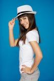摆在与帽子的时髦的偶然少妇 免版税库存照片