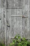 Старая деревянная дверь амбара Стоковая Фотография
