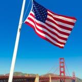 有美国旗子的旧金山金门大桥 库存图片