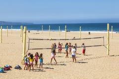 Волейбол и поезд игры людей на Стоковое Изображение