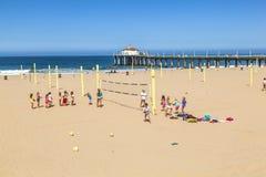 Люди играют волейбол и тренируют на пляже Стоковое Изображение RF