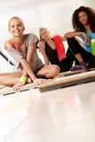 休息在锻炼以后的年轻女性 免版税库存图片