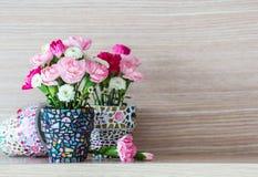 在马赛克花盆的康乃馨 库存照片