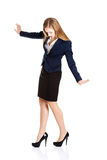 设法美丽的年轻的女商人保持平衡。 库存照片