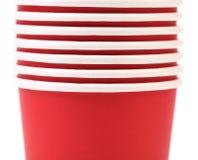 堆五颜六色的纸咖啡杯。 免版税库存照片