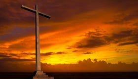 在日落天空的基督徒十字架。宗教概念。 免版税库存图片