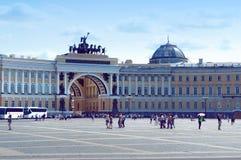 Κτήριο Γενικού Επιτελείου και τετράγωνο παλατιών στον Άγιο Πετρούπολη Στοκ Φωτογραφίες