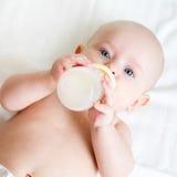 喝从瓶的婴孩 免版税库存图片