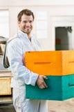 愉快的男性蜂农运载的堆蜂窝 库存图片