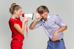 女孩尖叫对男朋友 库存图片