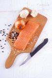 在一个木板的三文鱼内圆角 库存图片