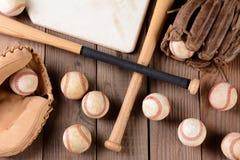 土气木表面上的棒球齿轮 图库摄影