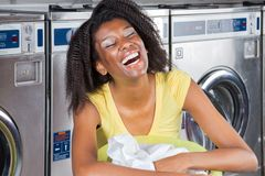 有衣服提袋的少妇在洗衣店 库存照片