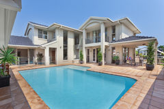 有水池的美丽的后院在澳大利亚豪宅 库存图片
