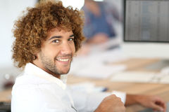 微笑的办公室工作者画象 免版税库存图片